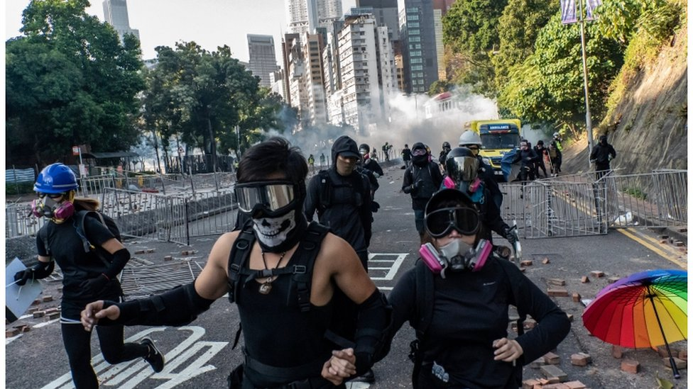 Göstericiler Politeknik Üniversitesi kampüsünden kaçmaya çalışıyor.