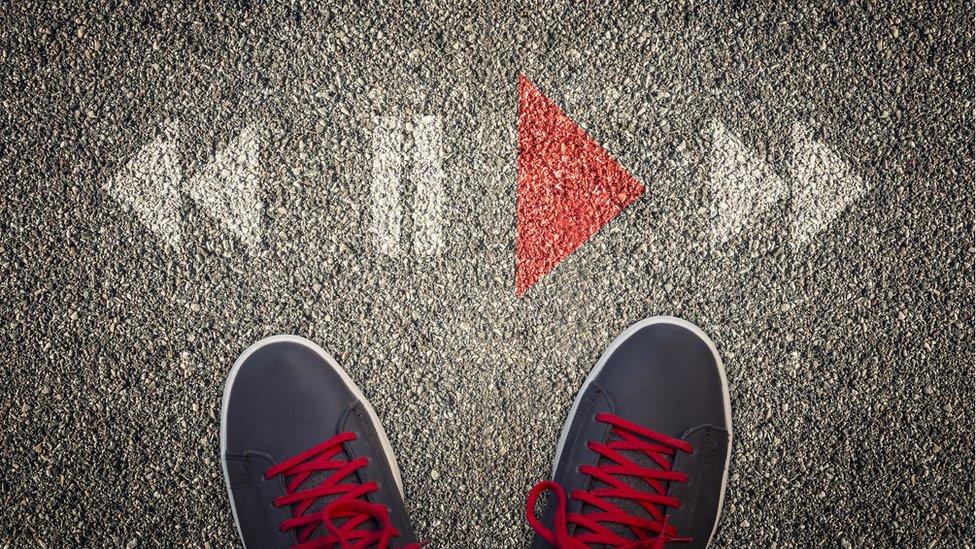 Zapatillas deportivas de hombre con el símbolo de Play en el pavimento.