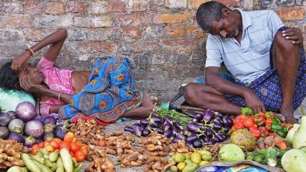 'भारत में आम लोगों के ख़र्च करने की हैसियत में गिरावट': प्रेस रिव्यू