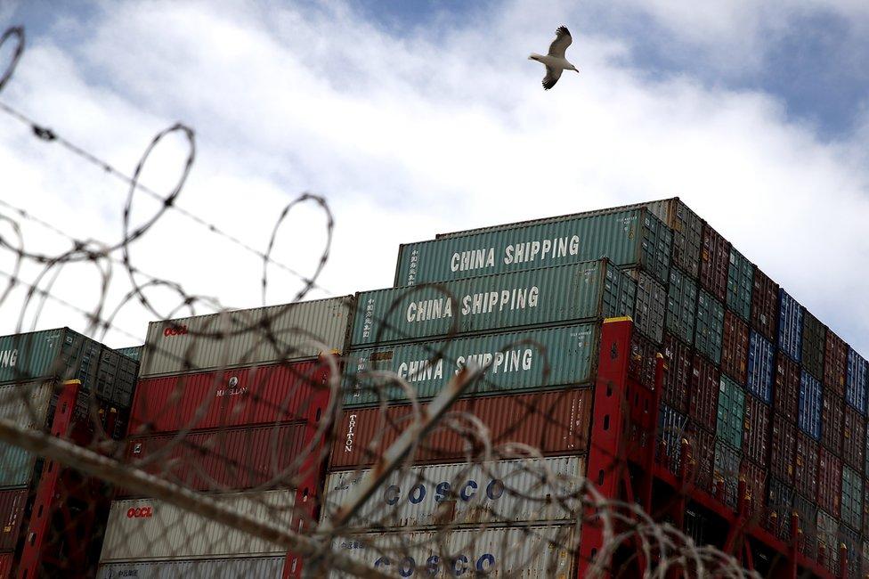 貿易戰影響下,中美雙邊貿易量會下降,間接影響到香港的轉口貿易。