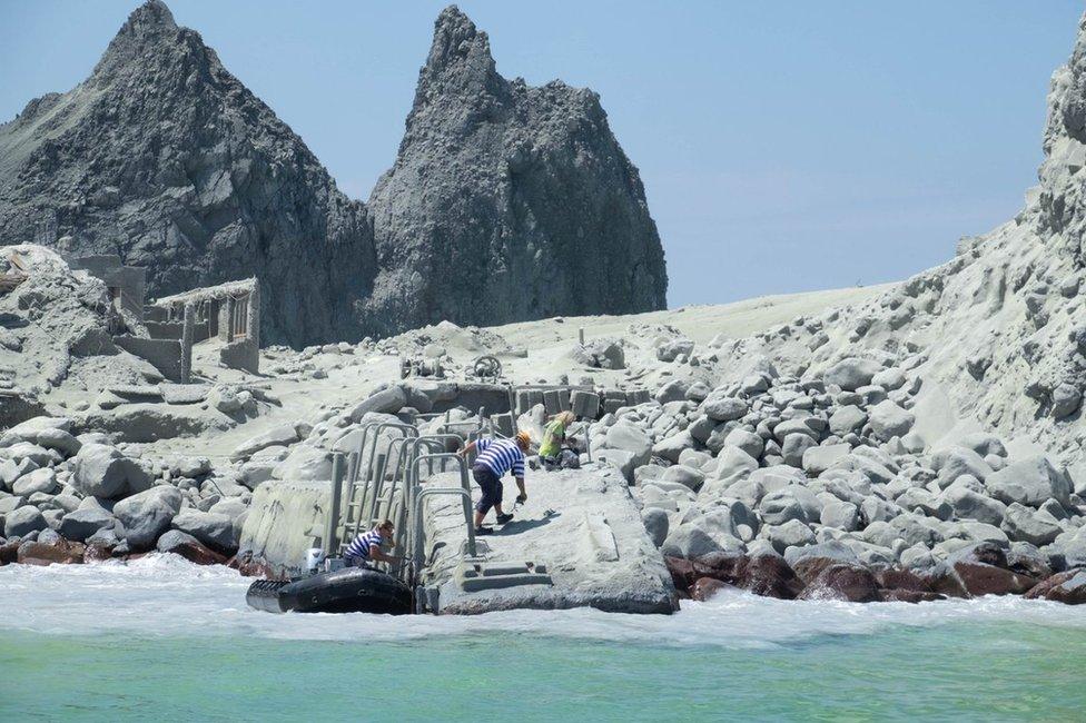 Un guía turístico prepara su bote para evacuar a los turistas.