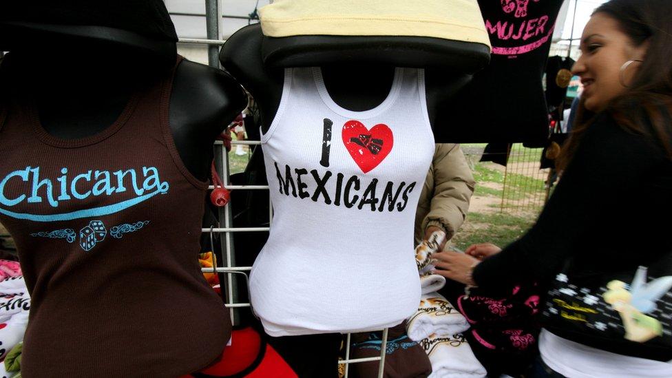Camisetas celebrando a los chicanos y mexicanos