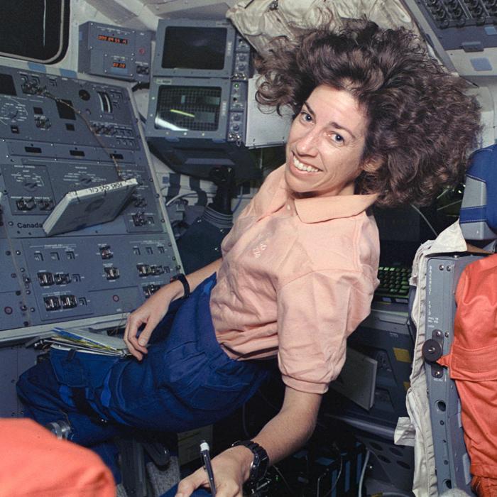 Ellen Ochoa en una de sus misiones al espacio.
