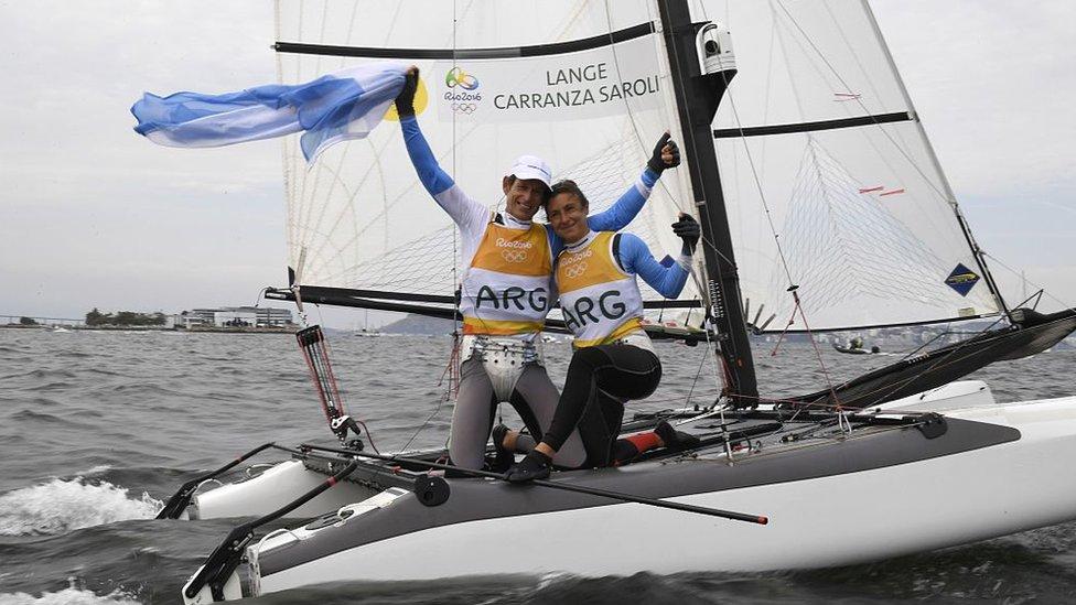 Los argentinos Santiago Lange y Cecilia Carranza Saroli celebran tras ganar la carrera de medallas mixtas Nacra 17 en Marina da Gloria durante los Juegos Olímpicos Río 2016.