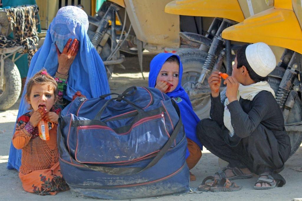 Familia afgana esperando ser transportada a Pakistán desde Spin Boldak a Chaman el 22 de agosto de 2021