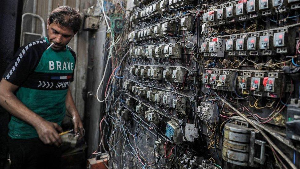 فني يراقب لوحة مفاتيح كهربائية في إحدى ضواحي العاصمة العراقية بغداد.