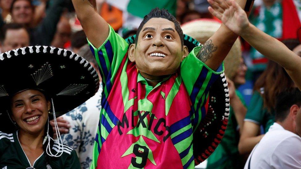 Con una careta y el atuendo histórico de Jorge Campos algún fanático quiso animar a la selección mexicana