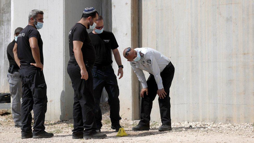 قوات الشرطة والأمن تتابع آثار الهروب.