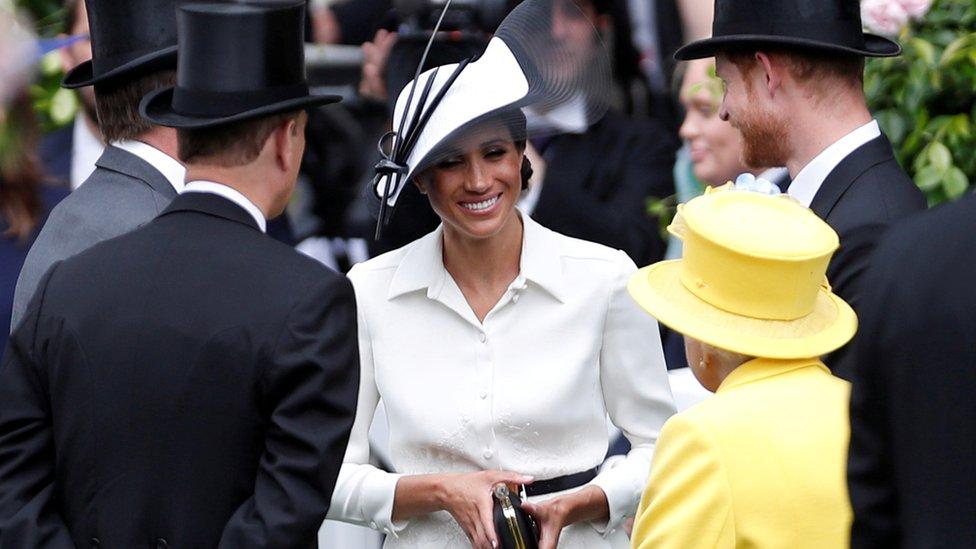 Meghan Markle, el príncipe Harry y la reina Isabel II en Ascot