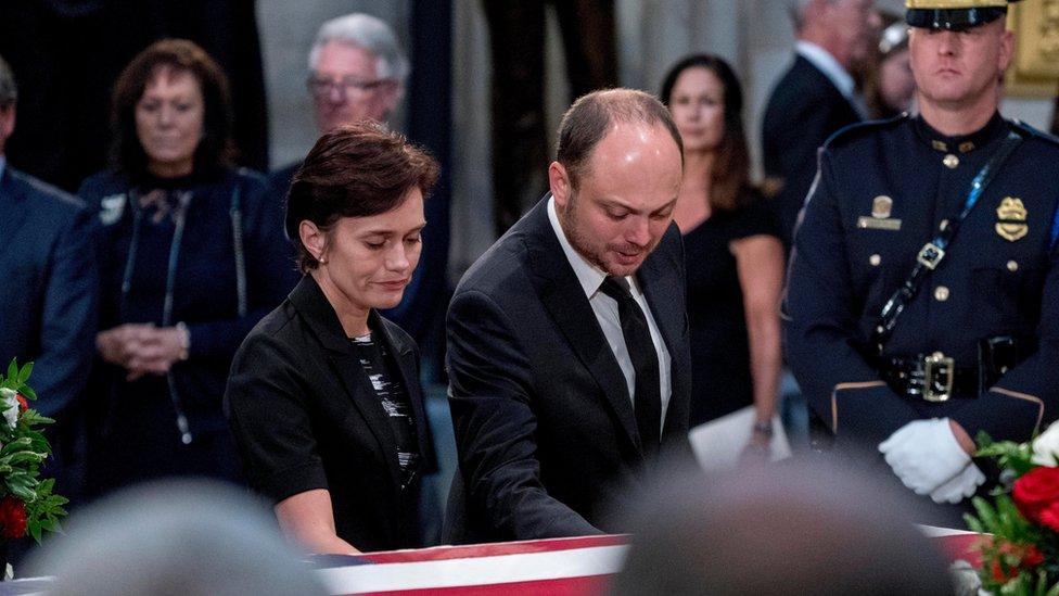 Vladimir Kara-Murza, parlamentario ruso, y su esposa, Yevgenia Kara-Murza, en el funeral de John McCain.