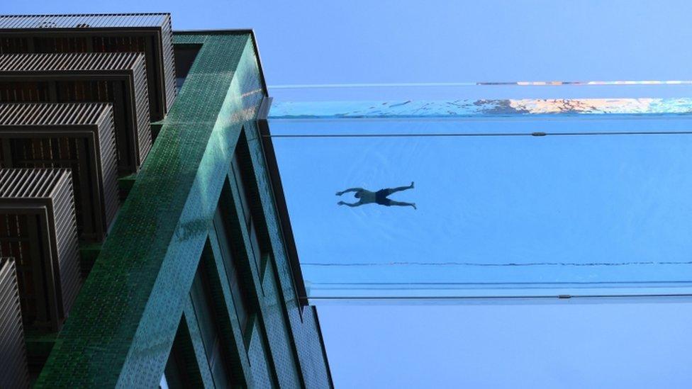 Una persona nada en la piscina flotante de Londres