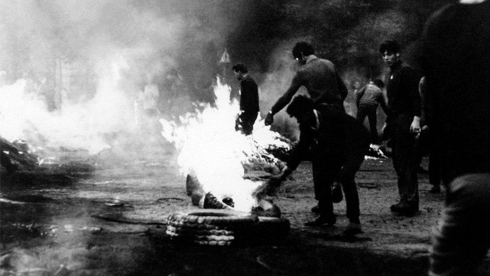 Мешканці Праги зводять барикади на вулицях міста, серпень 1968