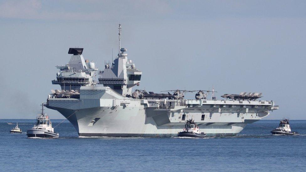 英國伊麗莎白女王號在領港船引領下進入英格蘭朴茨茅斯皇家海軍基地(19/5/2021)