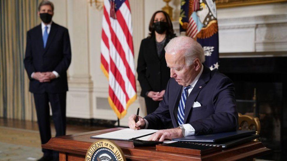 الرئيس جو بايدن وخلفة نائبة الرئيس كامالا هاريس والمبعوث الرئاسي للمناخ جون كيري