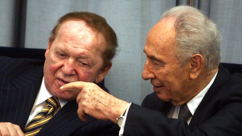 أديلسون (يسار) مع الرئيس الإسرائيلي السابق شمعون بيريز (يمين) في عام 2007 .