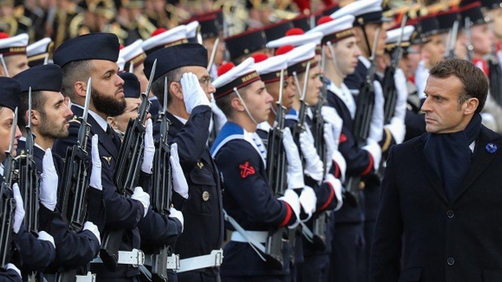 الرئيس الفرنسي إيمانويل ماكرون يستعرض القوات