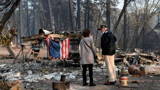 Трамп біля обгорілих руїн будинку