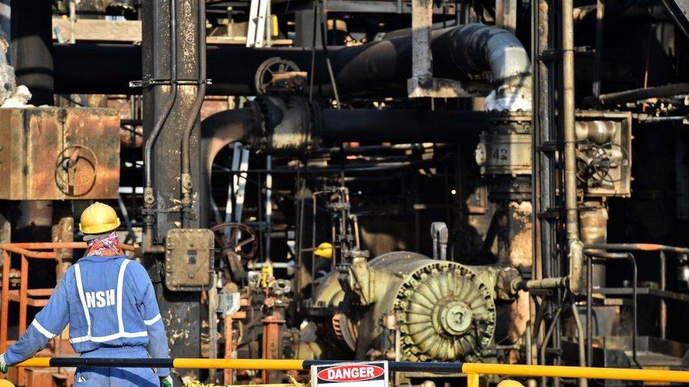 Un trabajador de Aramco en la refinería de Abqaiq, Arabia Saudita