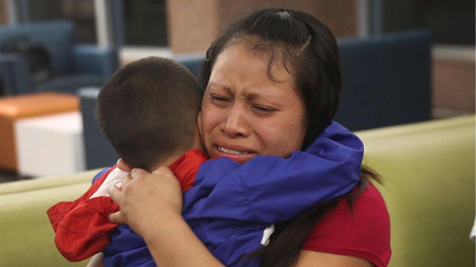 Una mujer abraza emocionada a su hijo tras la reunificación
