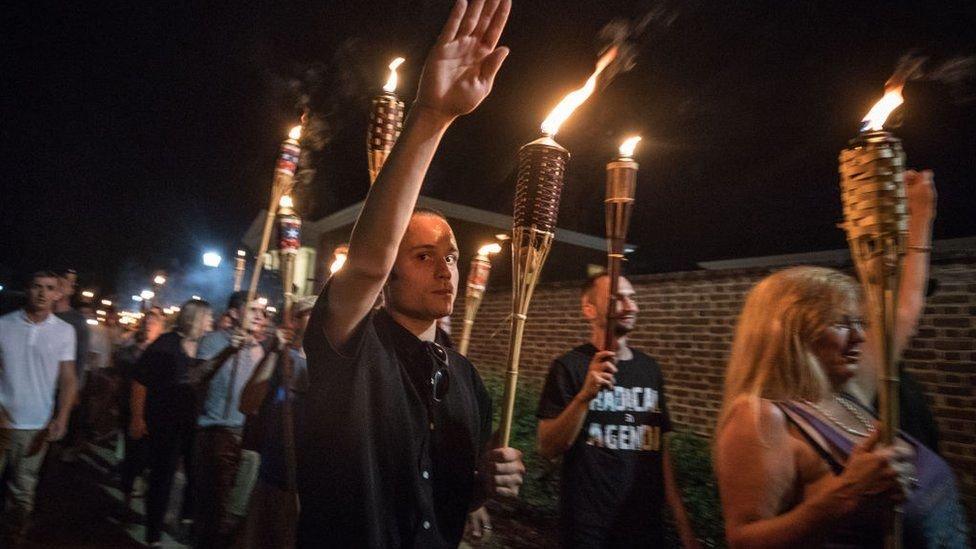 """في تجمع عام 2017 في شارلوتسفيل، هتف نشطاء من اليمين المتطرف """"اليهود لن يحلوا محلنا"""""""