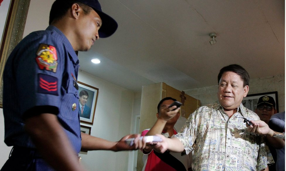 Filipino Cebu City Mayor-elect Tomas Osmena, (R) hands over reward money to police officer Julius Regis (L) during ceremony rites in Cebu City, Philippines, 19 May 2016.