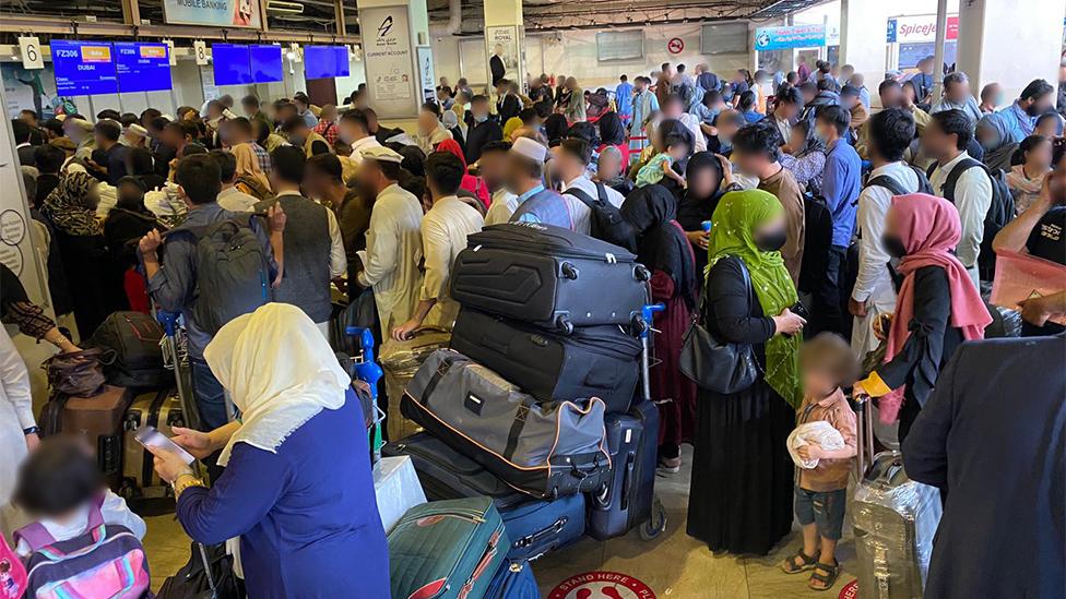 El aeropuerto de Kabul se llenó de gente.