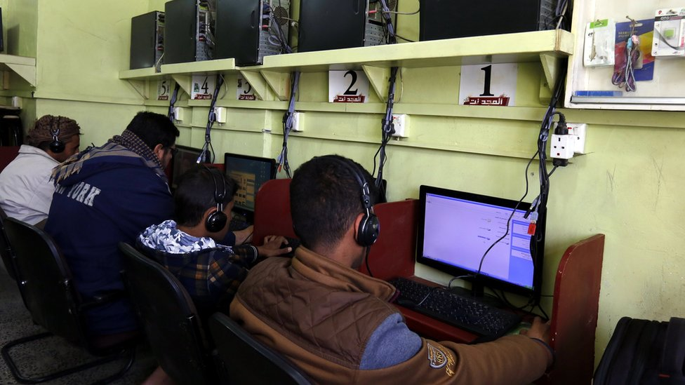 Yemenis sit in front of computers at an internet cafe in Sanaa, Yemen (10 December 2017)