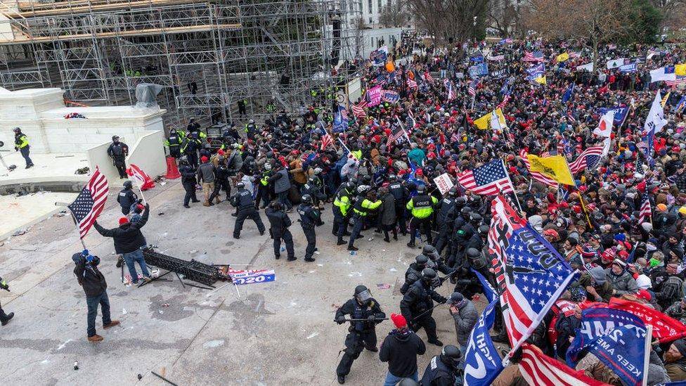 Policías del Capitolio intentando contener a los seguidores de Trump.