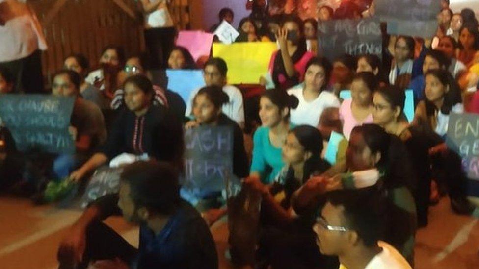 बीएचयू: छात्राओं का धरना ख़त्म, अभियुक्त प्रोफेसर को भेजा छुट्टी पर