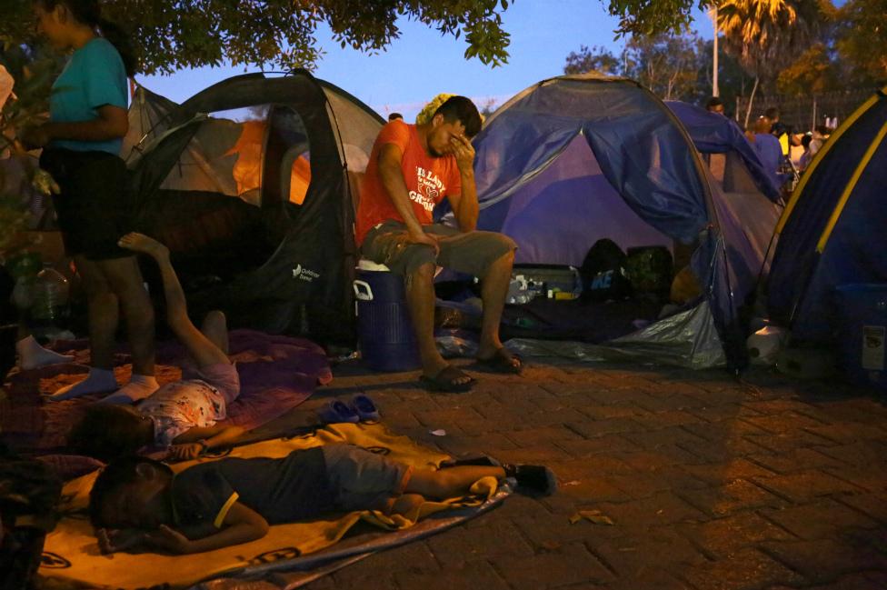 Migrantes esperando en Matamoros, Tamaulipas.
