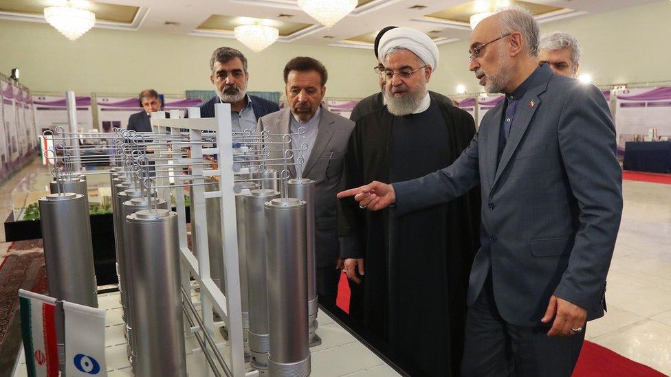 الرئيس الإيراني حسن روحاني (وسط) ورئيس منظمة الطاقة الذرية الإيرانية علي أكبر صالحي (يمين) أثناء تفقهما للتكنولوجيا النووية في طهران، 9 أبريل/نيسان 2019.