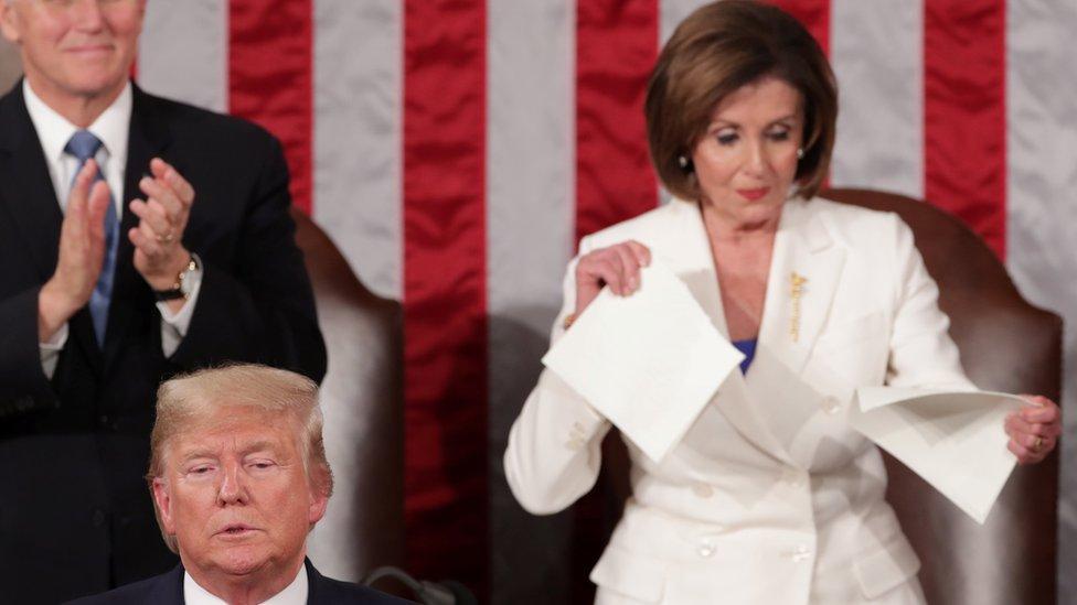El momento en el que Pelosi rompe una copia impresa del discurso de Trump de este martes.