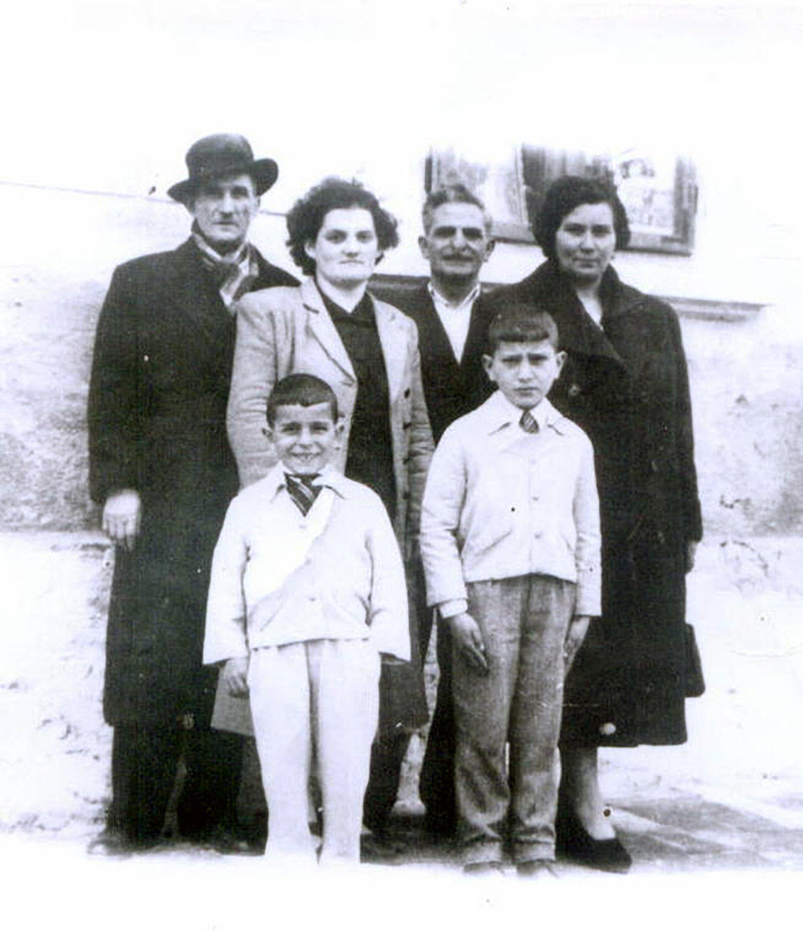 Poliksenija, Janis i sinovi sa prijateljima Grcima u Magliću