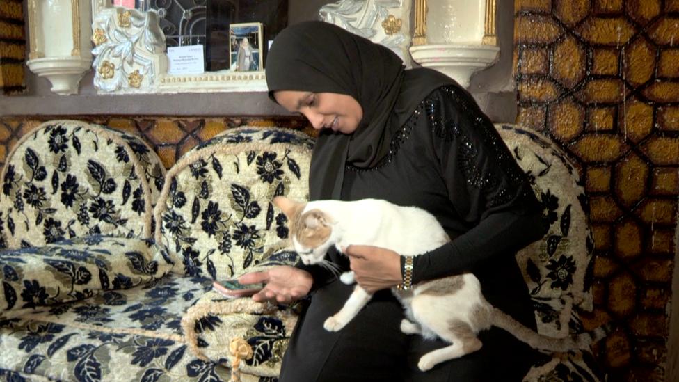 قطة رانيا تحتفظ بها رندة