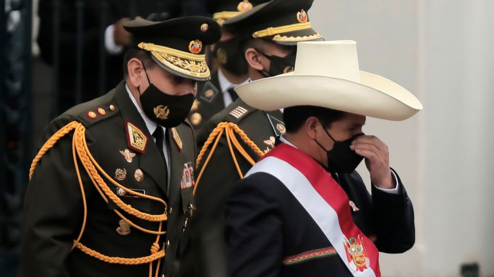 Pedro Castillo, en un acto, flanqueado por un militar.
