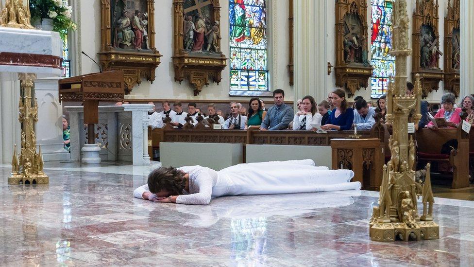 Consagración de Jessica Hayes. Photo by Today's Catholic/Joe Romie