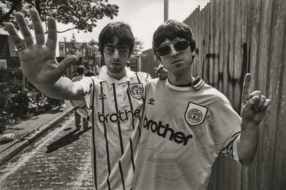 Britpop: Photographer Kevin Cummins revisits the 90s - BBC ...
