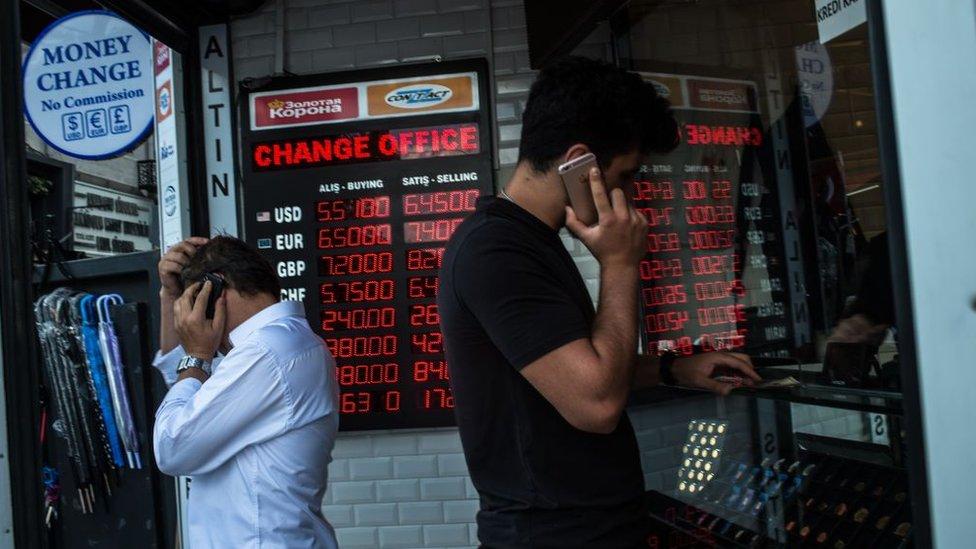 مكتب تصريف عملات في تركية مع شاشة تظهر الأسعار