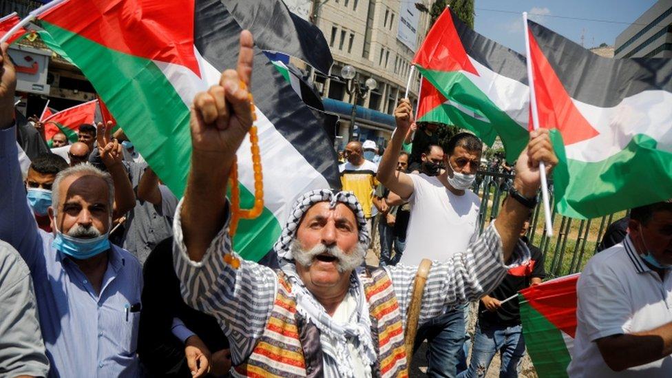 فلسطينيون خرجوا إلى الشارع احتجاجا على قرار الإمارات تطبيع العلاقات مع إسرائيل