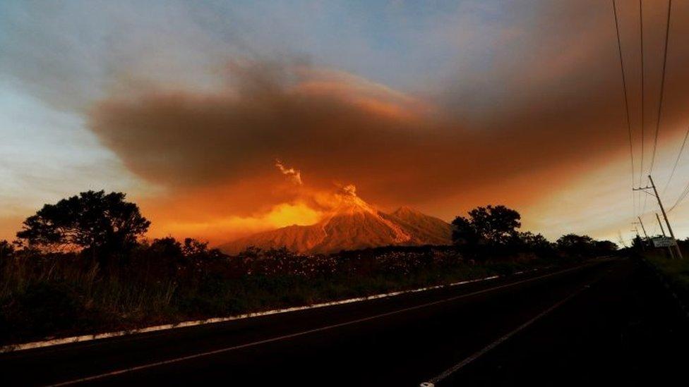 """Las autoridades esperan que el Volcán de Fuego mantenga un nivel de actividad """"de alto a muy alto"""" y no saben cuándo remitirá."""