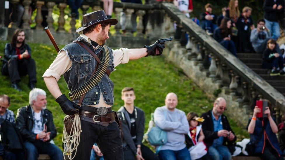 Hombre vestido como protagonista de Red Dead Redemption