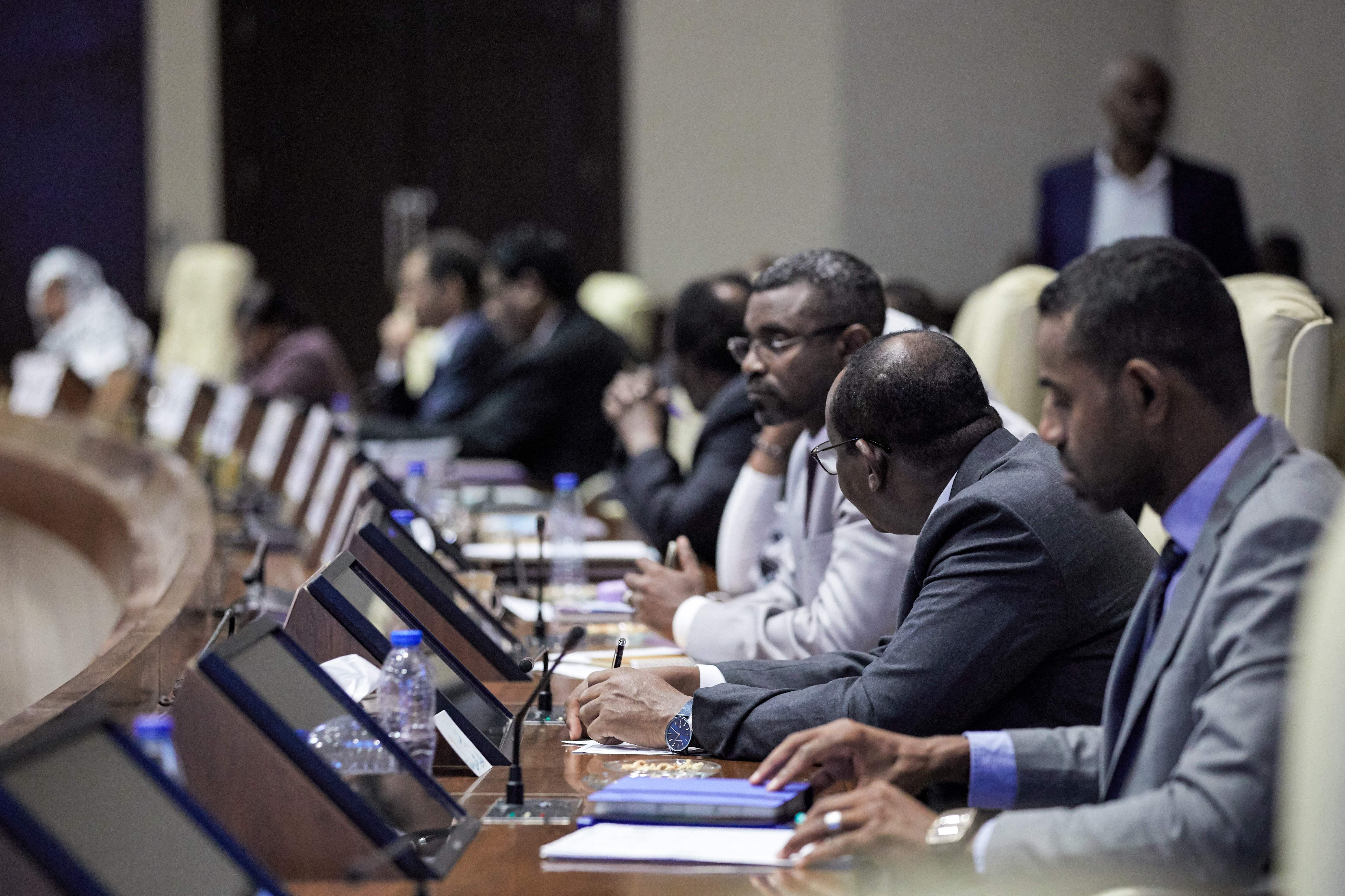 جانب من الاجتماع الطارئ للحكومة السودانية لمناقشة محاولة الانقلاب الفاشلة