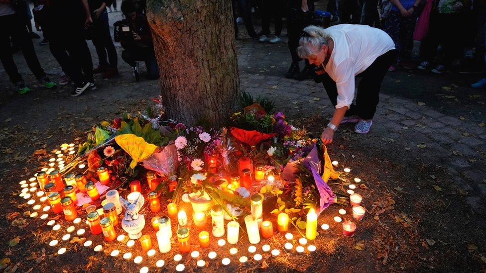 Žena pali sveću u čast preminulom mladiću u Ketenu.