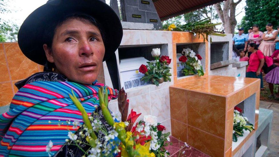 Una mujer en un cementerio