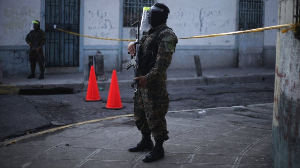 Militares en calles de San Salvador.