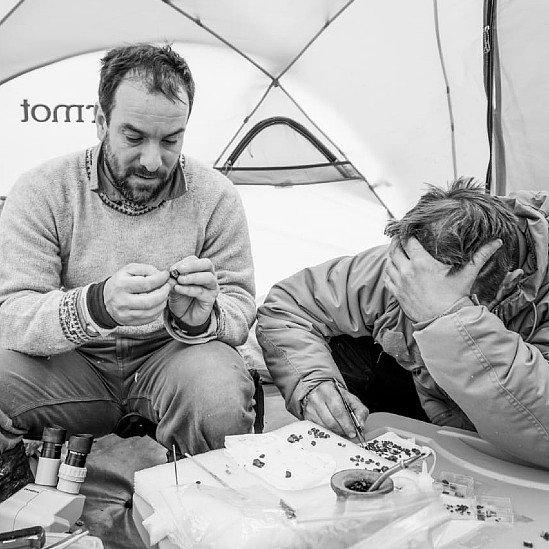 Agustín Martinelli junto a Jonathan Kaluza durante las investigaciones de campo