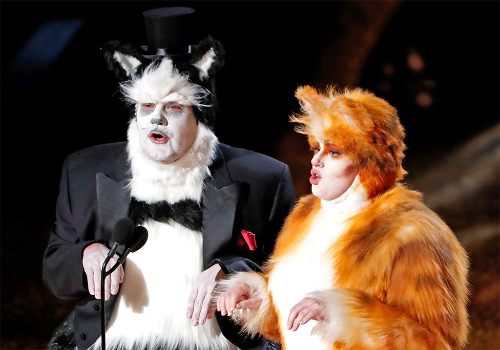 James Corden y Rebel Wilson disfrazados de gatos
