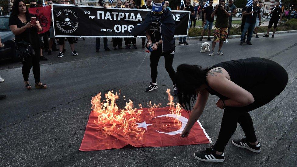 Selanik'te kilisenin dışında toplanan kalabalık Türk bayrağı yaktı.