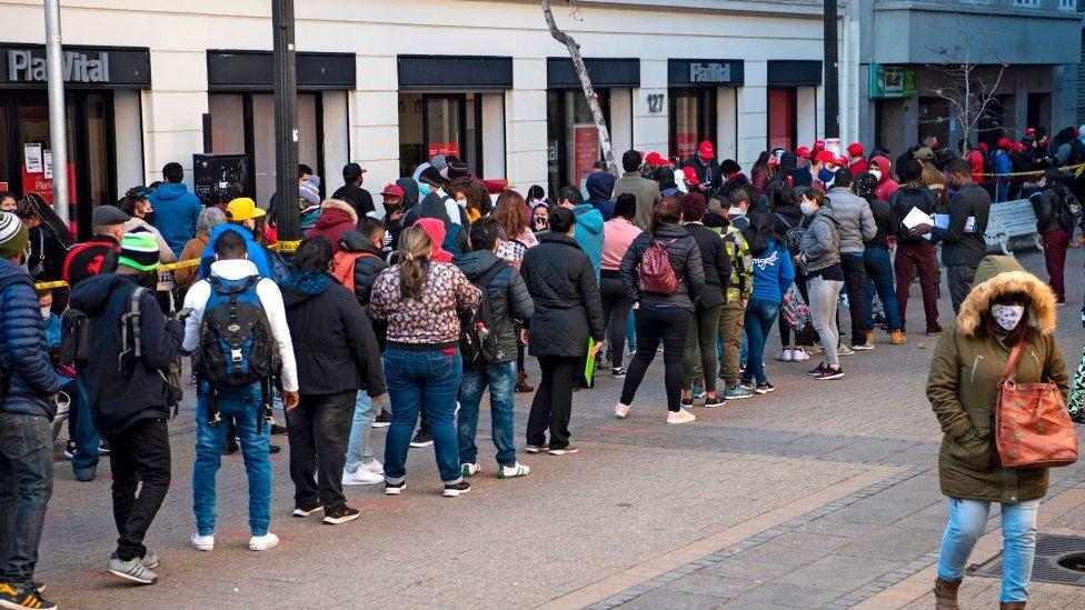 Personas hacen fila para cobrar pensiones