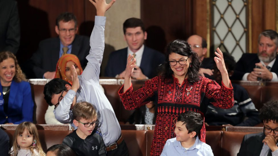 Tlaib tertawa saat satu dari empat anak melakukan gerakan dabbing, gerakan menyelipkan kepala ke dalam lekuk tangan, setelah ia memberikan suara untuk Pelosi